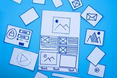 Idérik mobil svars- websiteformgivare som sorterar wireframeskärmar av den mobila prototypen för applikationprocessutveckling royaltyfri bild