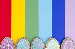 Idérik orientering, hemlagade kakor för påsk på ljus bakgrund, kopieringsutrymme arkivbild
