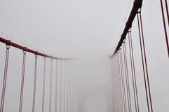 Idérik, ovanlig och ovanlig punkt av sikten och abstrakt begrepp av Golden gate bridge på en mycket dimmig dag San Francisco, Kal Royaltyfri Bild