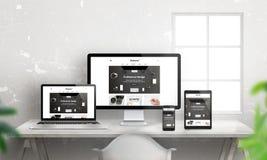 Idérik plan svars- webbplatsbefordran på olika apparater Royaltyfria Bilder