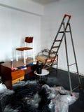 Idérik röra, inomhus reparationer, trappa och tabell royaltyfria bilder