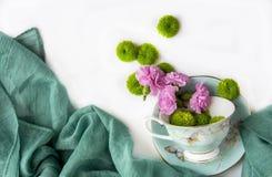 Idérik sammansättning med naturliga blommor royaltyfri foto