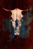 Idérik skalle av en tjur på en träbakgrund Skalle med blodiga horn Royaltyfria Bilder