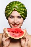 Idérik stående av en kvinna med en vattenmelon på hennes huvud och i hennes händer Vit bakgrund arkivbilder
