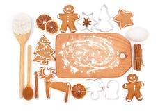 Idérik stekhet bakgrund för vintertid Köksgeråd och ingredienser för hemlagade pepparkakakakor för jul Royaltyfri Fotografi