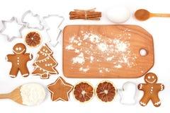 Idérik stekhet bakgrund för vintertid Köksgeråd och ingredienser för hemlagade pepparkakakakor för jul på vit backg royaltyfri bild