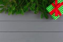 Idérik xmas-gåvaask i randigt papper på skrivbordbakgrund Arkivfoto
