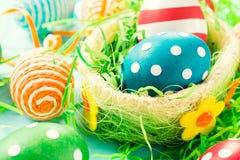 Idérika ägg i korg Arkivbild
