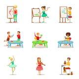 Idérika barn som öva olika konsthantverk i den Art Class And By Themselves uppsättningen av Themed ungar och kreativitet royaltyfri illustrationer