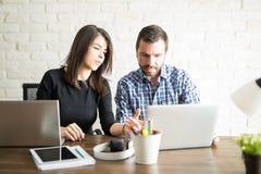 Idérika coworkers som delar idéer Arkivfoton