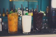 Idérika exotiska alkoholiserade coctailar i stång Royaltyfri Bild