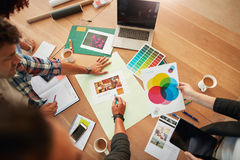 Idérika formgivare diskuterar färgen för nytt projekt royaltyfri fotografi