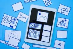 Idérika formgivare som planlägger wireframe, skissar orienteringsdesignmodellen på smartphone- eller minnestavlaskärmen royaltyfria bilder