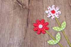 Idérika handgjorda blommor på en träbakgrund Arkivbild