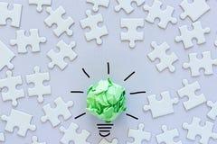 Idérika idéer för begrepp för ECO-räddningenergi, grön innovation för makt och lyckat begrepp för affär Pappers- lightbulbdesign  royaltyfria bilder