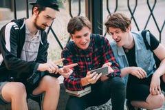 Idérika selfievänner för mobilt foto arkivbilder