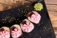 Idérika sushirullar och wasabi, slut upp Arkivfoton