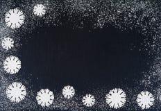 Idérika vintersnöflingor från pudrad sockerbakgrund Bakgrunder för jul och för nytt år Royaltyfri Foto