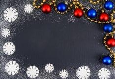 Idérika vintersnöflingor från pudrad sockerbakgrund Bakgrunder för jul och för nytt år arkivbild