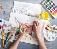 Idérika yrken: flickan som formgivaren gör, skissar av inre Royaltyfri Foto