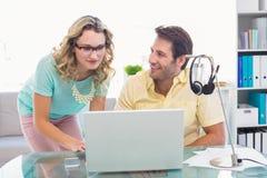Idérikt affärsfolk som tillsammans arbetar på datoren Royaltyfri Fotografi