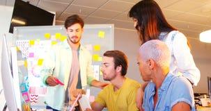 Idérikt affärslag som tillsammans arbetar på skrivbordet stock video
