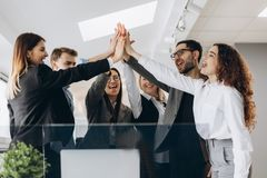 Idérikt affärslag som tillsammans sätter händer på kontoret arkivfoton