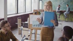 Idérikt affärsmöte av laget för blandat lopp Kvinnalagledare som framlägger till den nya idén för grupp människor på det moderna  Arkivfoto