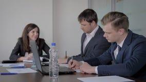 Idérikt affärsTeam At Negotiating Table In kontor som diskuterar idéstart lager videofilmer