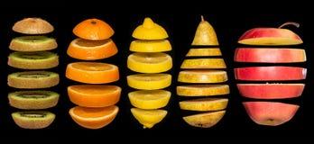 Idérikt begrepp med mat Uppsättning av skivade frukter som isoleras på svart bakgrund Royaltyfri Foto