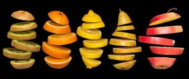 Idérikt begrepp med mat Uppsättning av skivade frukter som isoleras på svart bakgrund Royaltyfria Bilder