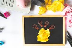 Idérikt begrepp med papper c för skrynklig pappers- boll och för ljus kula royaltyfria bilder