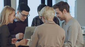 Idérikt folk som gör ett idékläckningmöte i en modern studio stock video