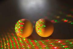 Idérikt foto av färgrika ägg i neonljus på bakgrund vektor illustrationer