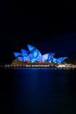 idérikt hus som tänder den lysande operan sydney royaltyfri foto