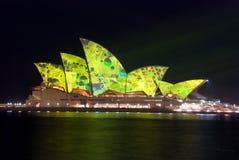 idérikt hus som tänder den lysande operan sydney arkivbild