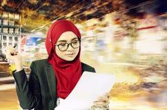 Idérikt idébegrepp, lyckade unga muslimahaffärskvinnor som läser något på papper över abstrakt backgroun för dubbel exponering royaltyfri fotografi