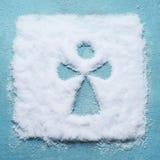 Idérikt julbegrepp med konturn för snöängelsymbol på ljust - blå bakgrund arkivfoto