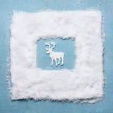 Idérikt julbegrepp med vita hjortar i snöram på ljust - blå bakgrund, bästa sikt royaltyfri foto