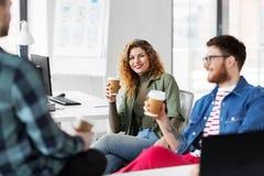 Idérikt lag som dricker kaffe på kontoret Royaltyfria Bilder