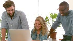 Idérikt lag som tillsammans arbetar i ett kontor stock video