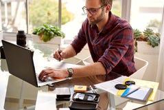 Idérikt sammanträde för ung entreprenör för vuxen man, medan arbeta Arkivfoto