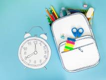 Idérikt skolalarm och ryggsäck som göras av papper med skolabrevpapper close upp Arkivbilder