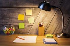 Idérikt skrivbord med lampan royaltyfria foton