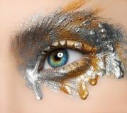Idérikt sminktema för makro och för närbild: härligt kvinnligt öga arkivfoto