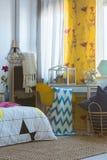 Idérikt sovrum med färgrika garneringar arkivbilder
