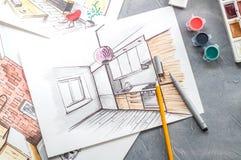 Idérikt yrke: det märkes- skrivbordet för ` s med spritt skissar, målarfärger, borstar, eyeliner, blyertspenna Arkivbild
