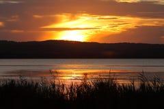 Idílio do lago mostrado em silhueta no crepúsculo Fotografia de Stock Royalty Free