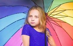 Id?es comment survivez au jour nuageux d'automne Petite fille avec le temps de jour pluvieux de parapluie Petite fille avec le pa images stock