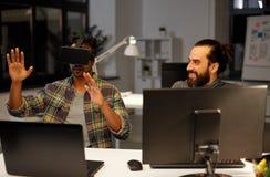 Id?rik man i virtuell verkligheth?rlurar med mikrofon p? kontoret royaltyfri fotografi
